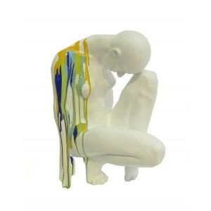 Statue blanche et colorée femme accroupie